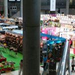 開場前に上から撮影した会場風景です。これは一部のブースですが、出店数の多さに圧倒されます。全体はこれの15倍ほどあります。